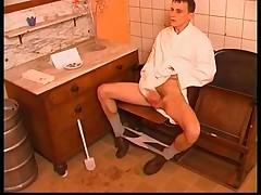 Auf dem WC die Alte vollgespritzt