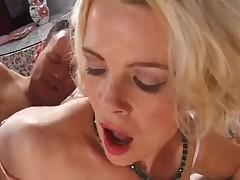 Зрелая блондинка с любовником на кровати