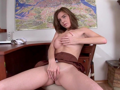 Solo girl Stephanna fuck her shaved pussy