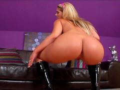 Sexy babe Defrancesca Gallardo shows her ass